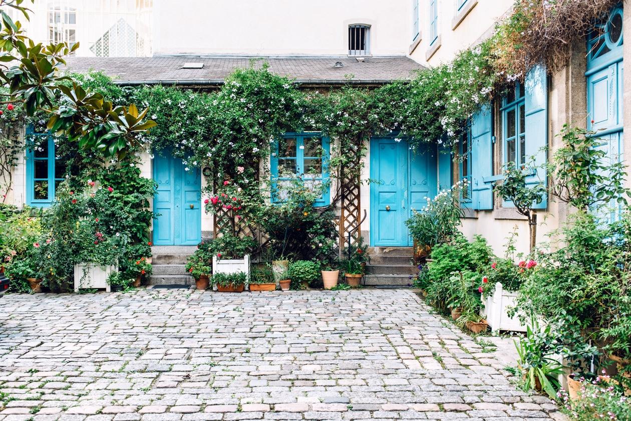 Balade dans les rues du vieux Rennes: cour privée fleurie