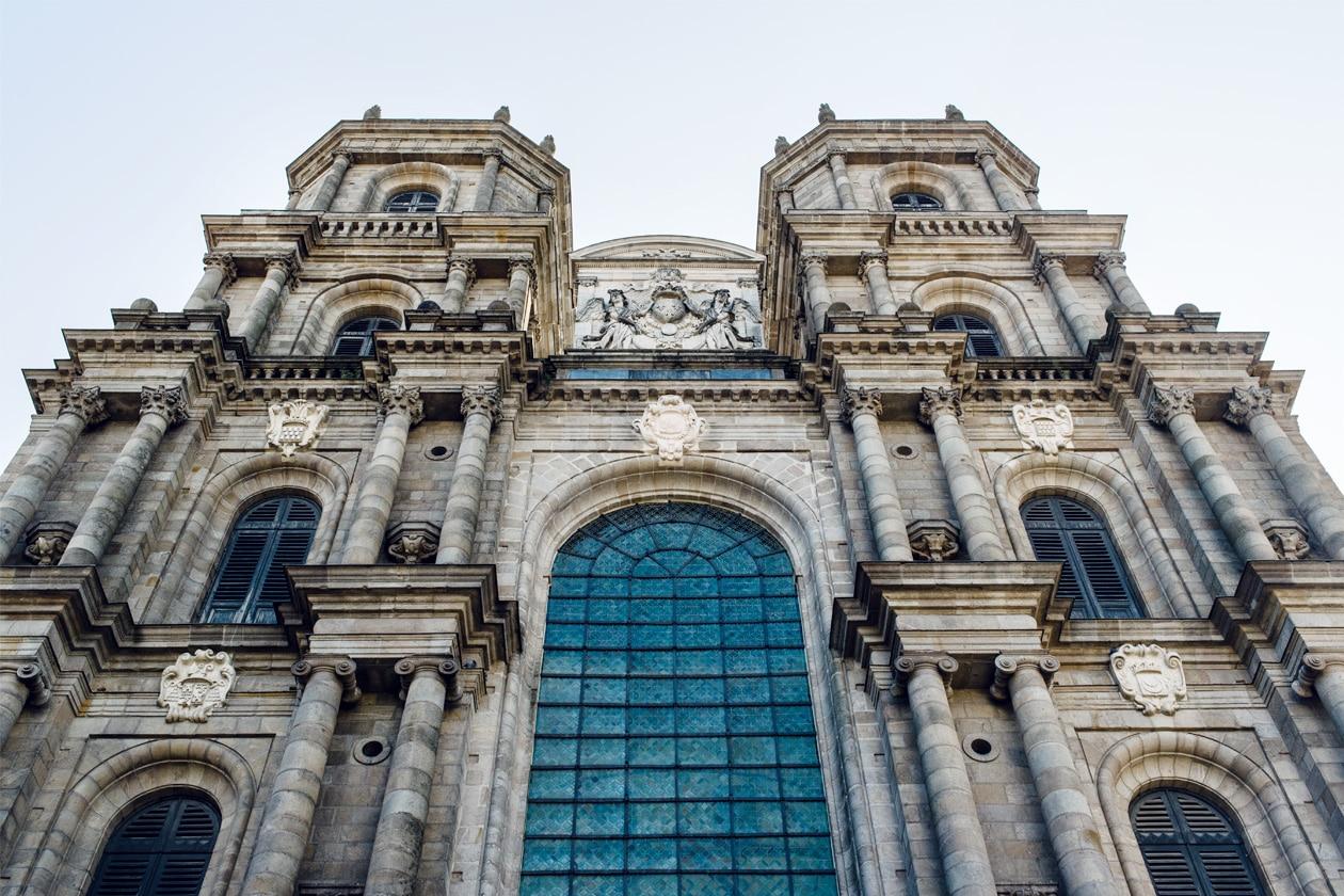 Balade dans les rues du vieux Rennes: façade de la Cathédrale Saint-Pierre