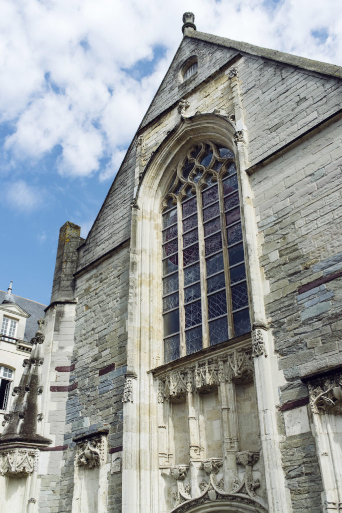 Balade dans les rues du vieux Rennes: façade de la Chapelle Saint-Yves, qui abrite l'office du tourisme
