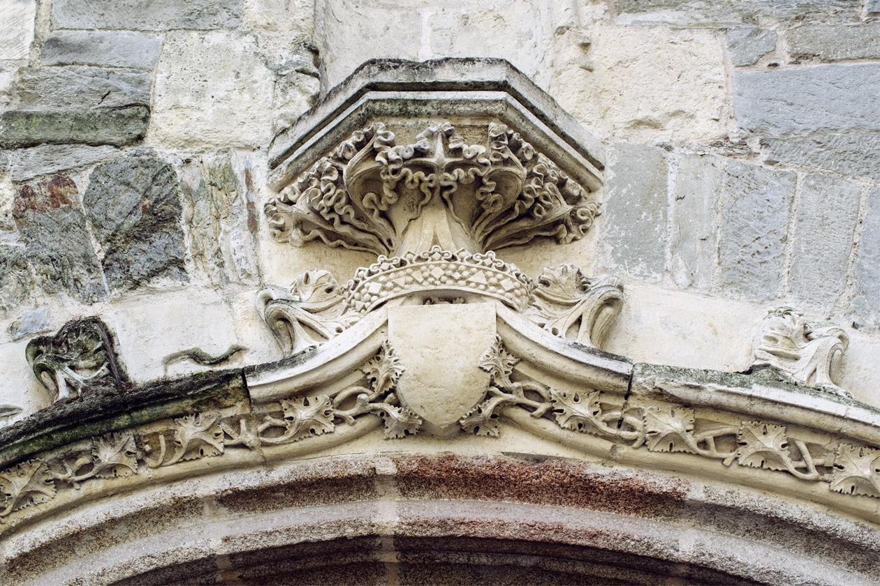 Balade dans les rues du vieux Rennes: détail de la façade de la Chapelle Saint-Yves