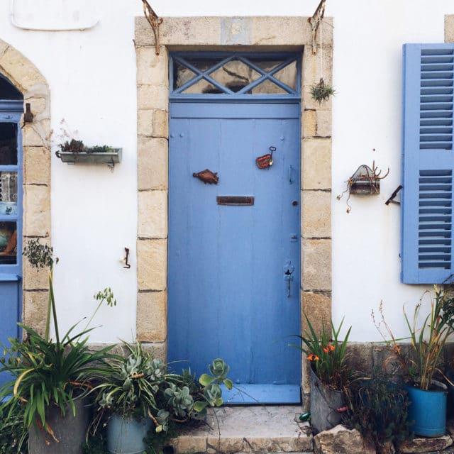 Porte et volets bleus dasn un village breton