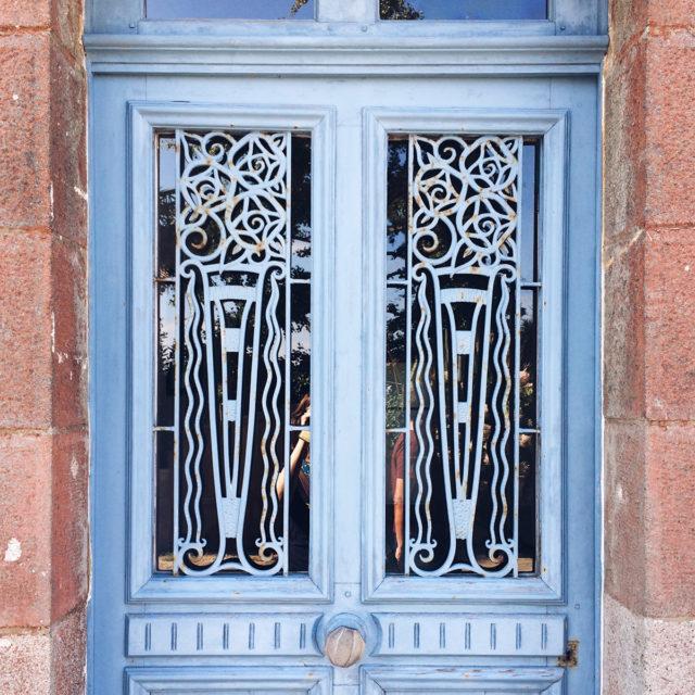 Porte bretonne ouvragée et peinte en bleue