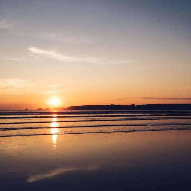 Coucher de soleil sur l'Atlantique depuis une plage bretonne