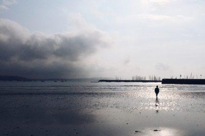 Balade matinale sur une plage bretonne
