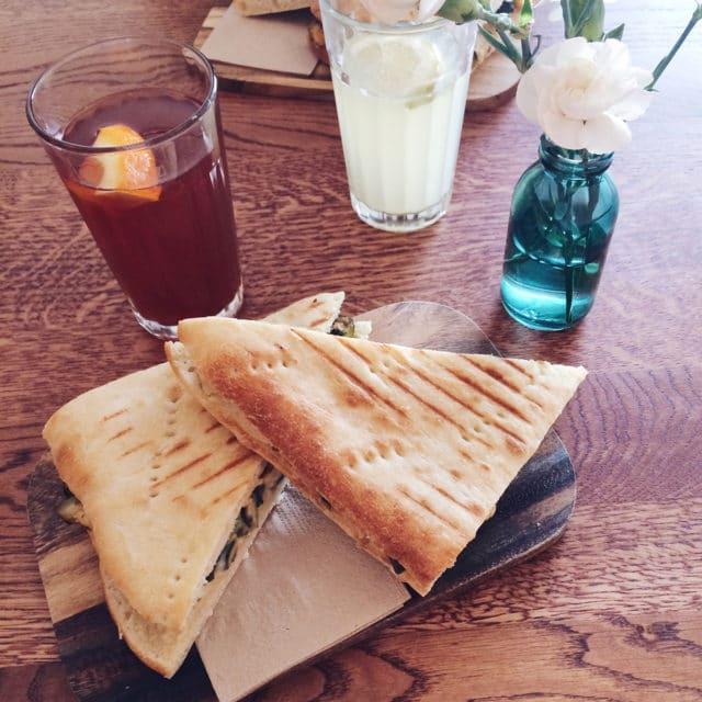 Sandwiches chauds végétaliens au Bistro Farel à Bienne