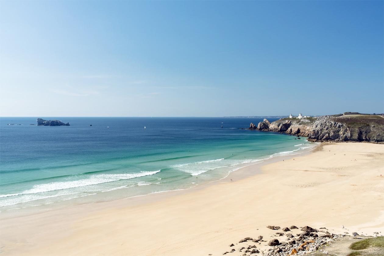 Bretagne: vue sur la plage et l'anse de Pen Hat, à Camaret-sur-Mer