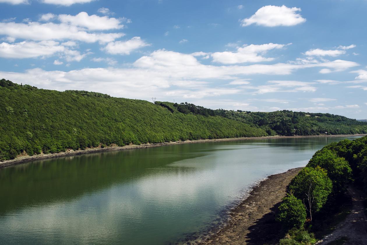 Bretagne: vue sur l'Aulne depuis le pont de Térénez, sur la presqu'île de Crozon