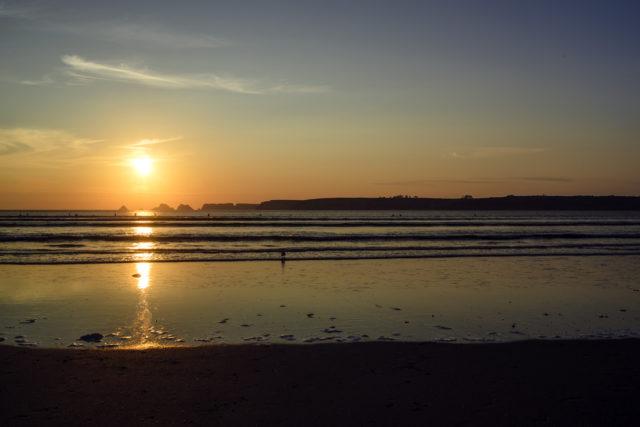 Bretagne: coucher de soleil sur la plage, au bord de l'Atlantique