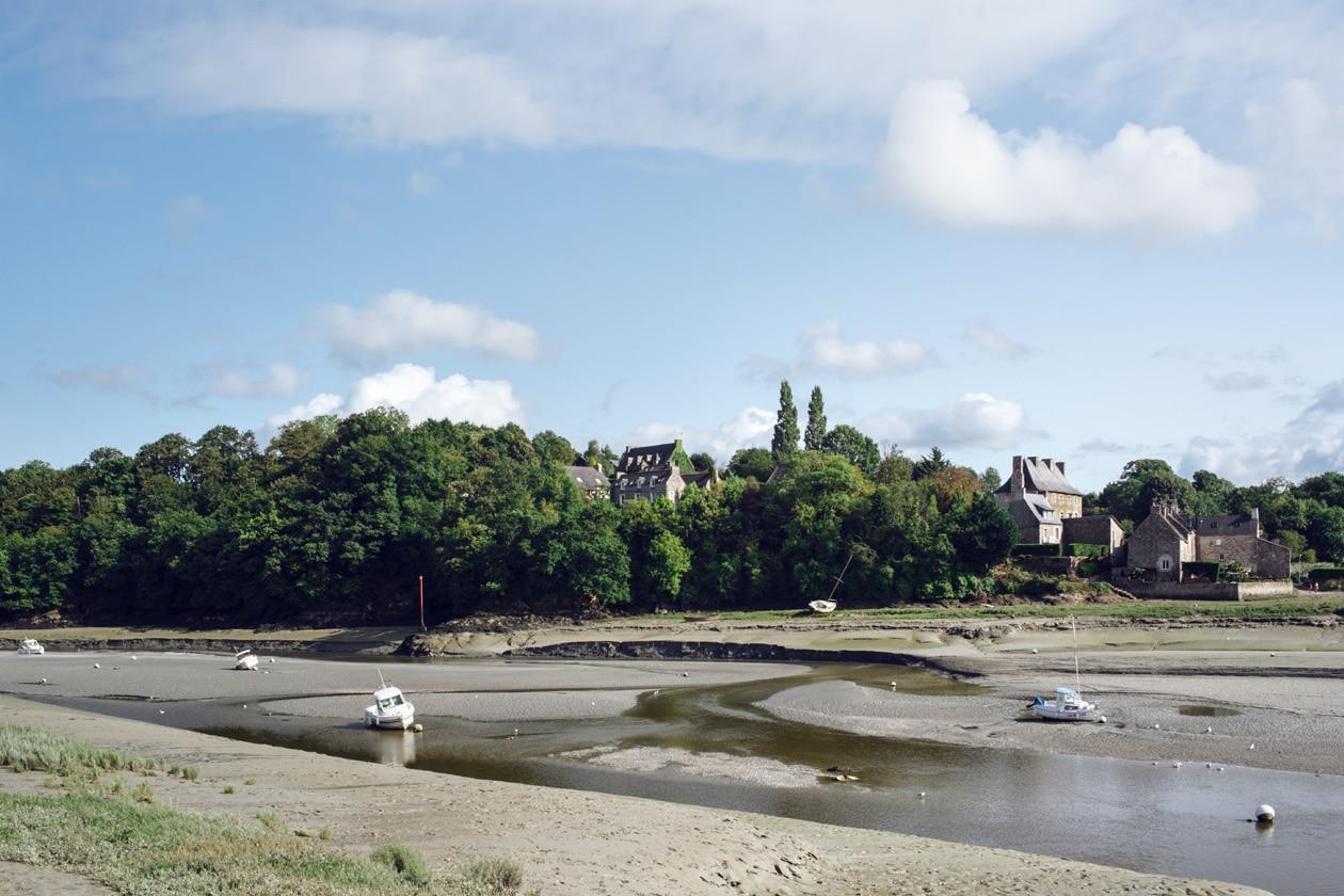 Bretagne, bateaux échoués sur le sable à marée basse