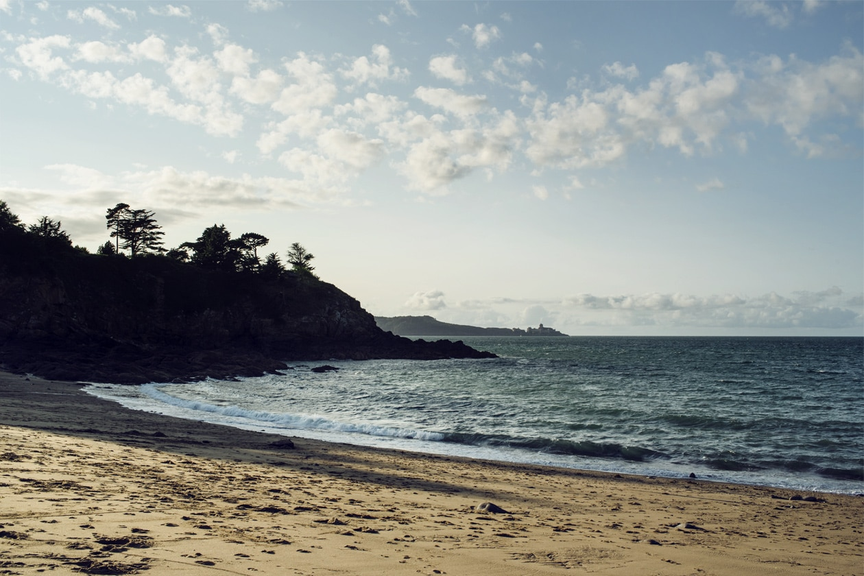 Coucher de soleil au bord de la Manche, dans le nord de la Bretagne