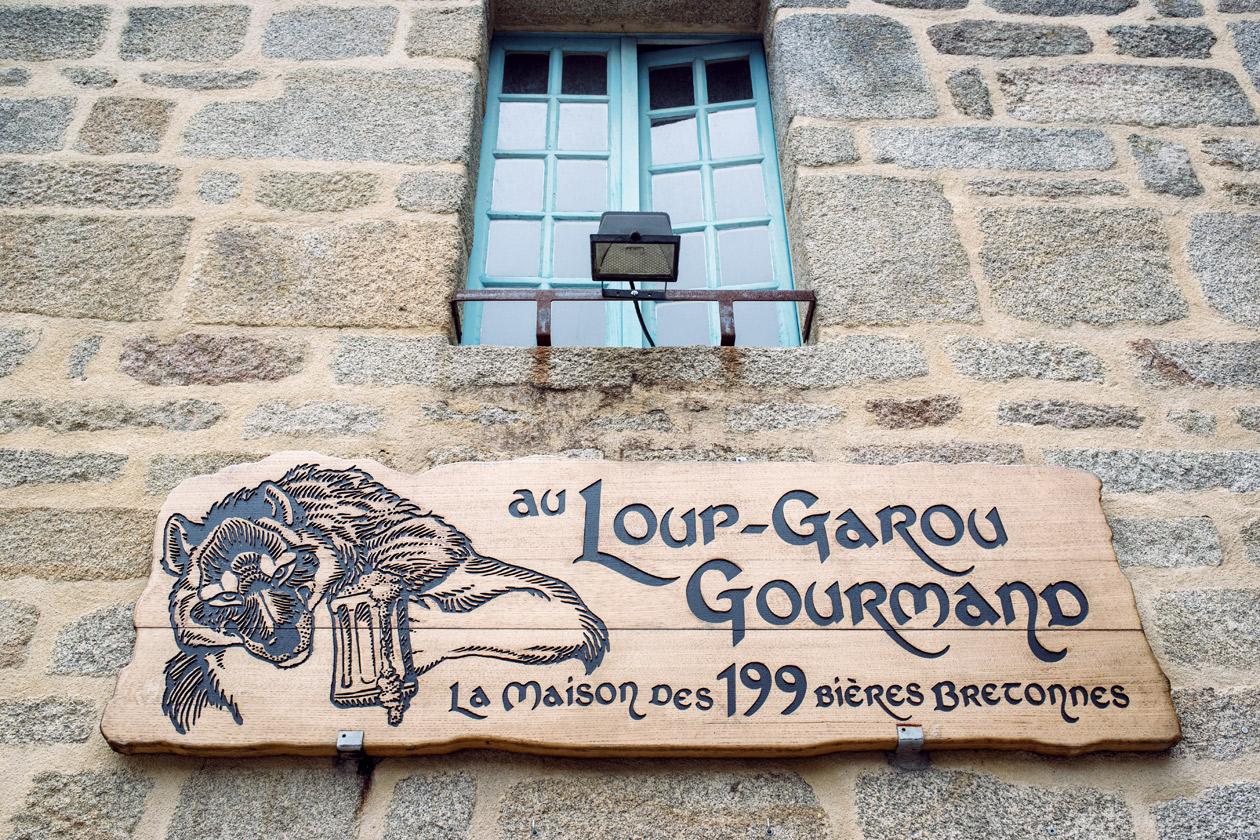 Bretagne: balade dans le village de Locronan –Au Loup-Garou Gourmand, la maison des 199 bières bretonnes