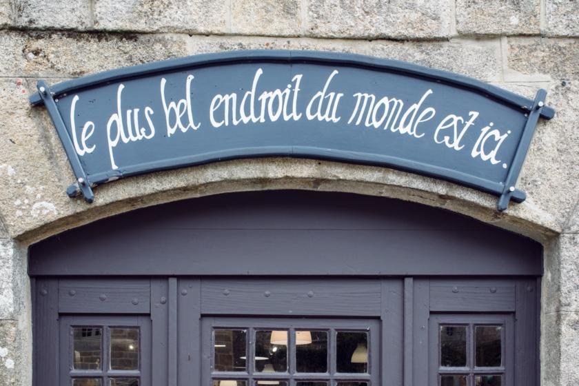 """Bretagne: balade dans le village de Locronan – """"Le plus bel endroit du monde est ici"""""""
