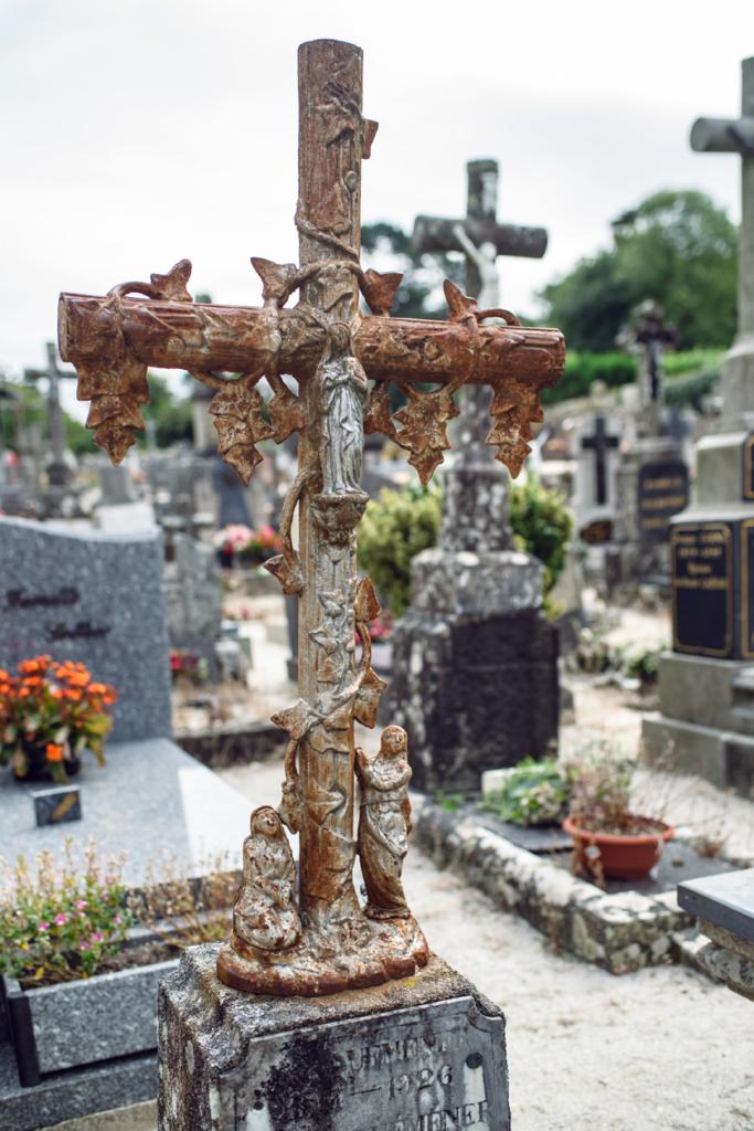 Bretagne: balade dans le village de Locronan – Cimetière de l'église de Saint-Ronan