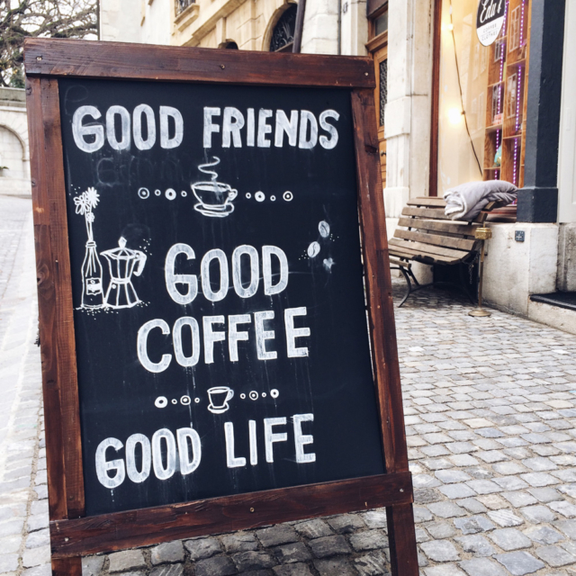 "Panneau en ardoise avec l'inscription ""Good friends, good coffee, good life"" sur un trottoir de la vieille ville de Bienne"