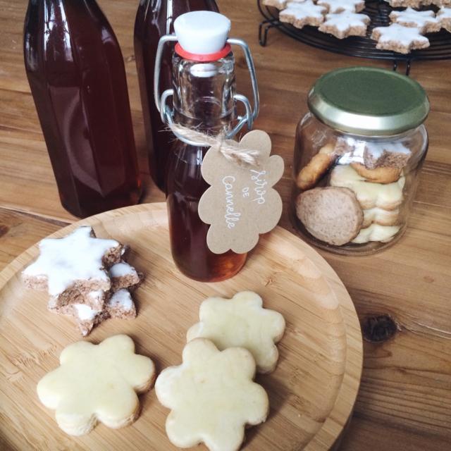 Petites douceurs de Noël faites maison: des biscuits végétaliens et du sirop de cannelle
