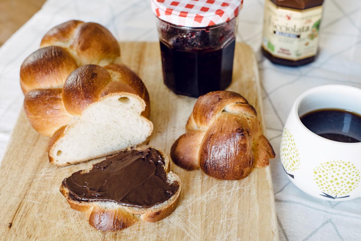 Petit déjeuner dominical: tresse végétalienne maison, confiture, pâte à tartiner et café noir