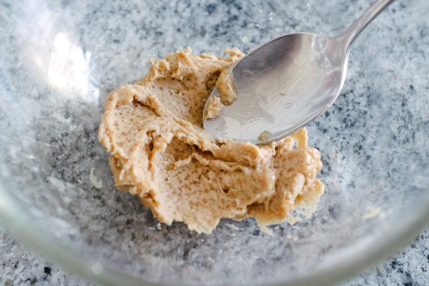 Recette de tresse maison: mélanger la levure avec le sucre