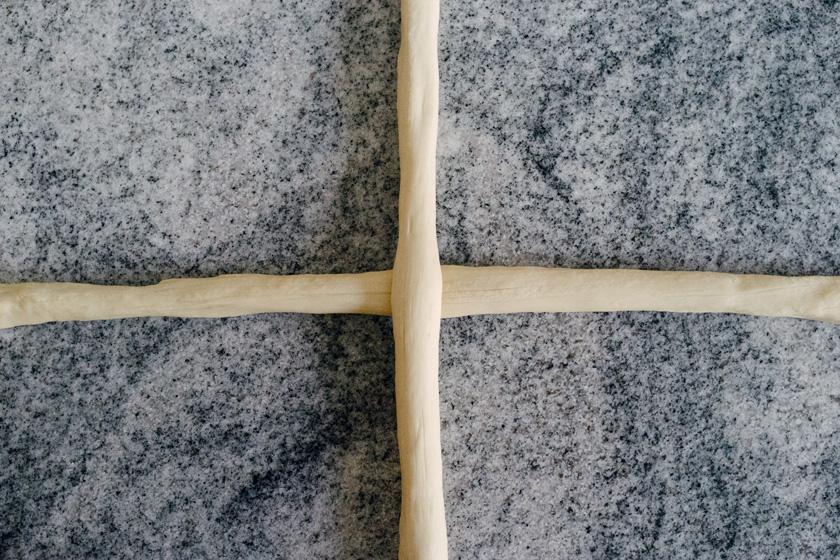 Technique tressage de tresse, étape 1: disposer les pâtons en croix