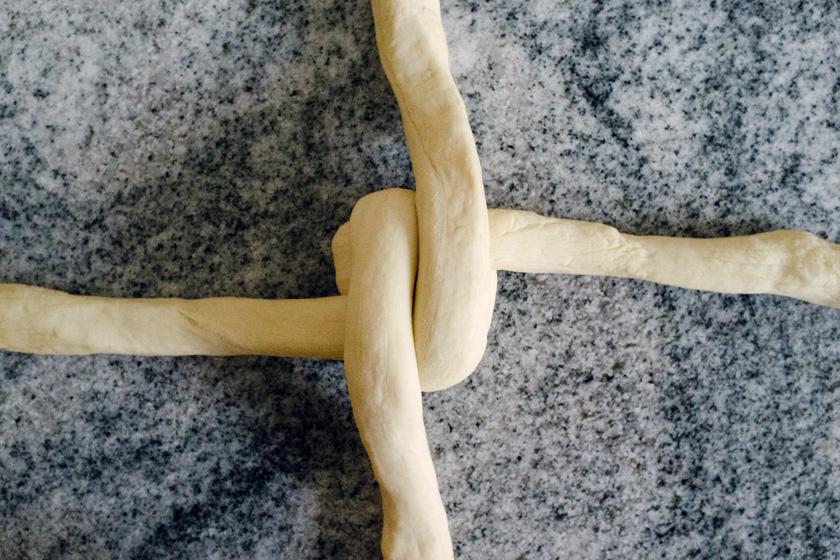 Technique tressage de tresse, étape 3: croiser les bouts du pâton du dessus