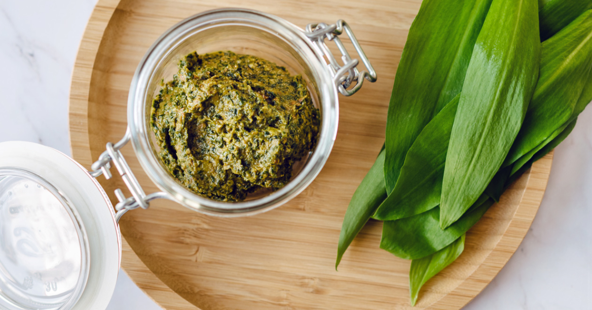Pesto végétalien à l'ail des ours et aux tomates séchées