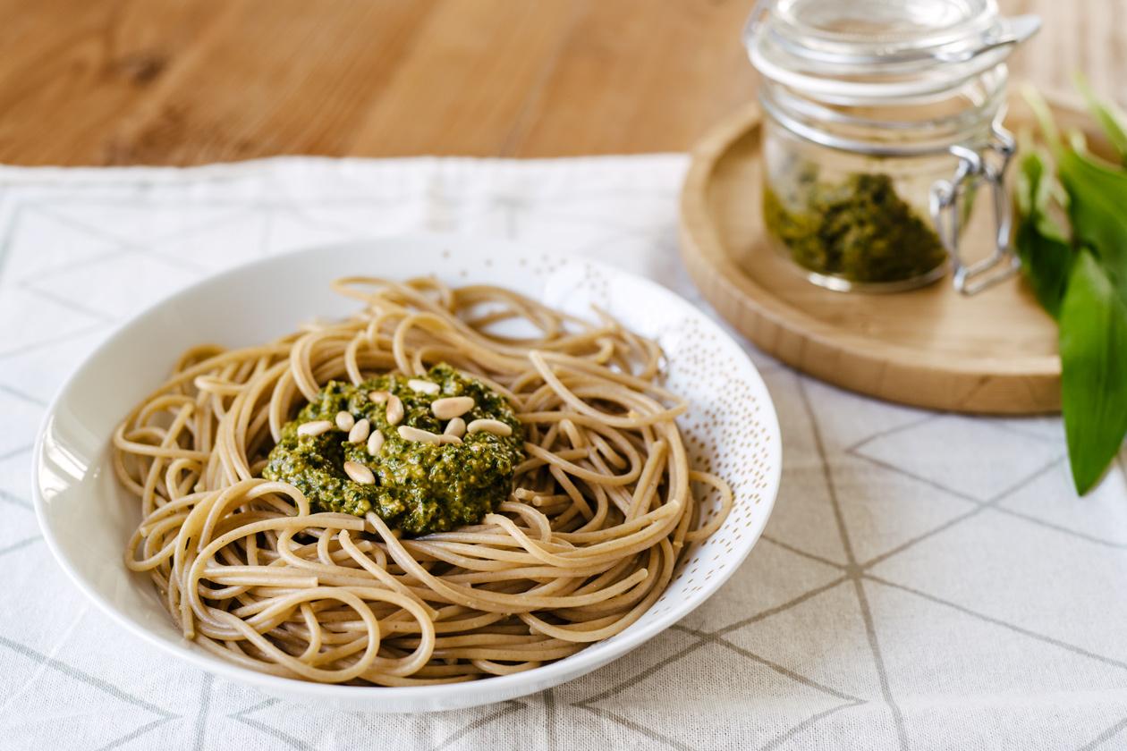 Spaghetti au pesto d'ail des ours et tomates séchées