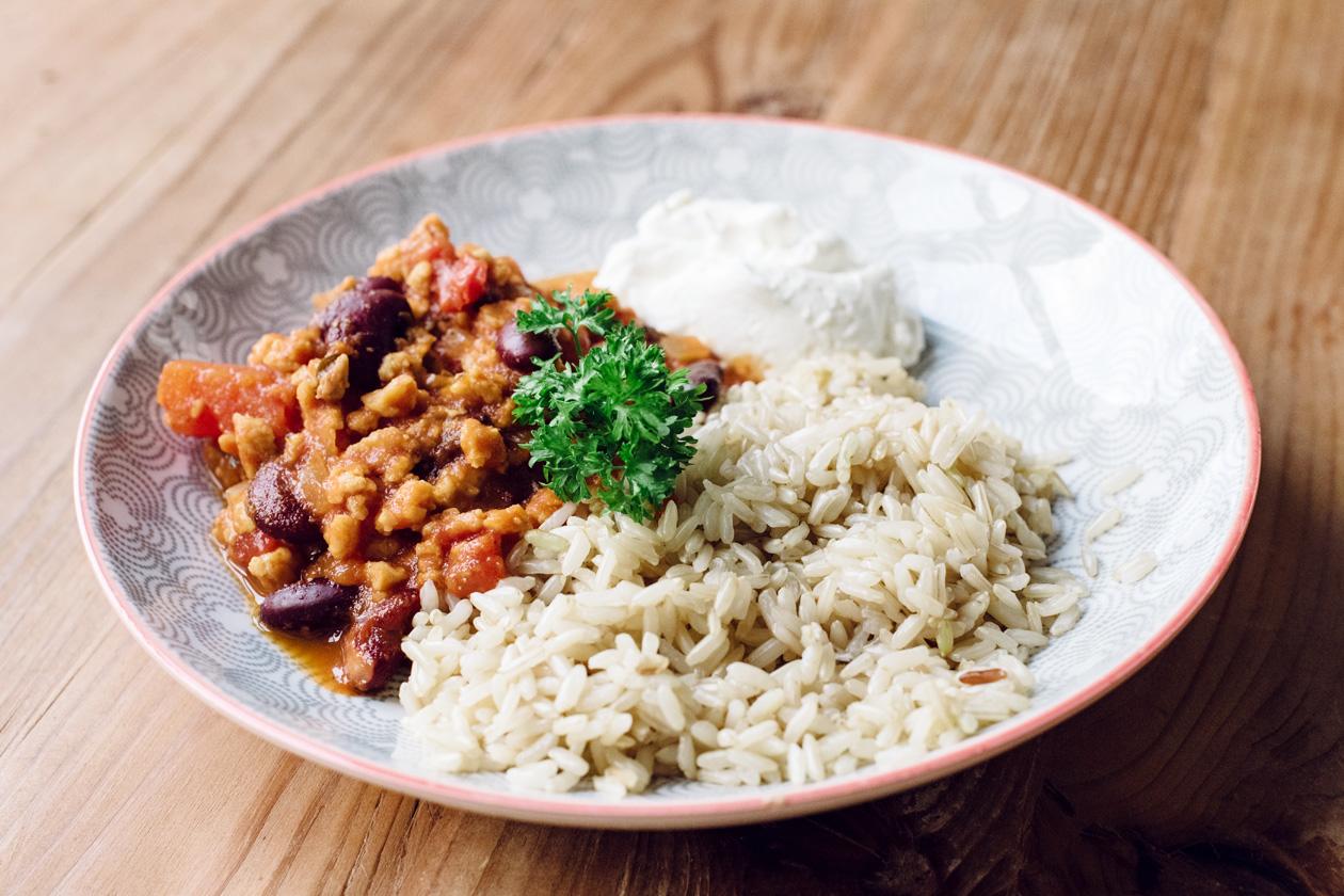 Chili sin carne végétalien, riz complet et crème acidulée