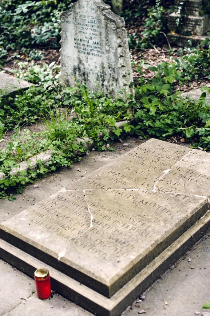 Tombe d'origine de Karl Marx, au cimetière de Highgate dans le nord de Londres