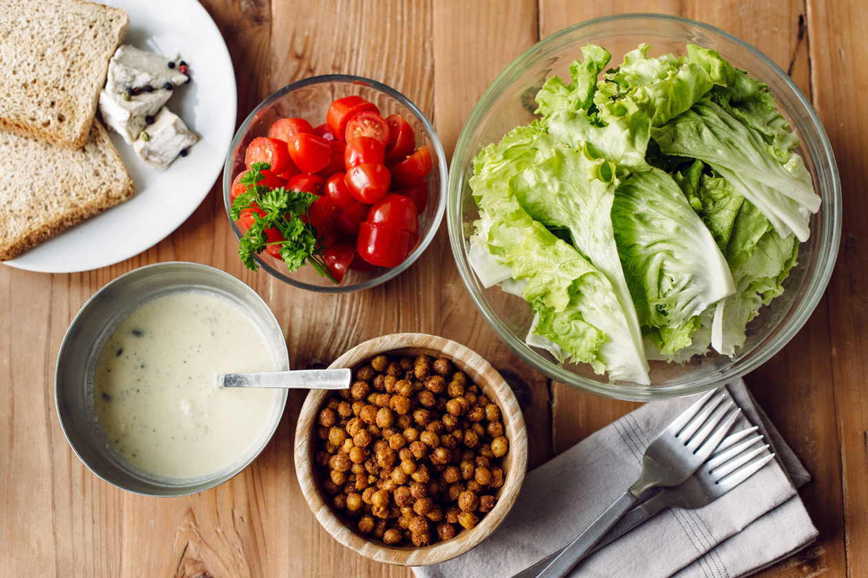 Crudités, pois chiches grillés au four et toasts de fromage végétal