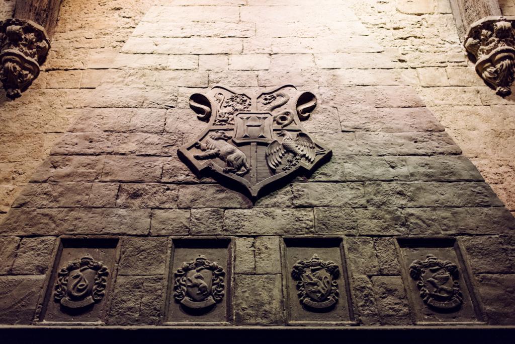 Visite des Studios Harry Potter à Londres – Blason de Poudlard sur le manteau de la cheminée du grand hall