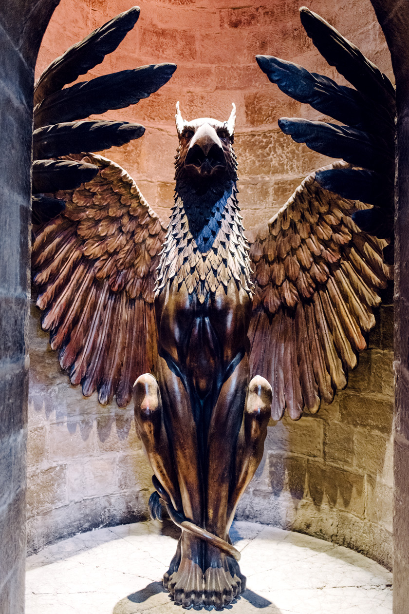 Visite des Studios Harry Potter à Londres – La statue de griffon située en bas de l'escalier du bureau de Dumbledore
