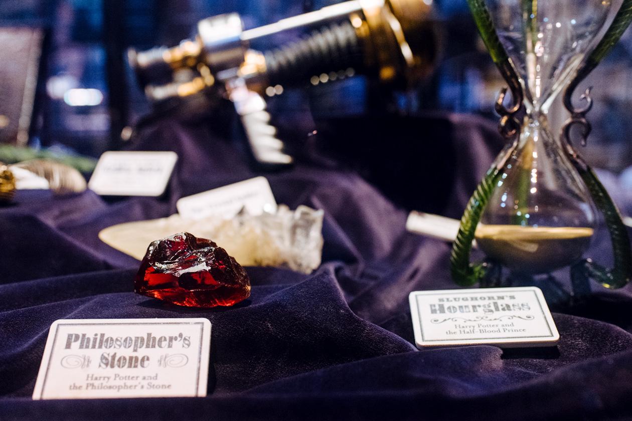 Visite des Studios Harry Potter à Londres – Accessoires utilisés pendant les films: pierre philosophale et sablier du Professeur Slughorn