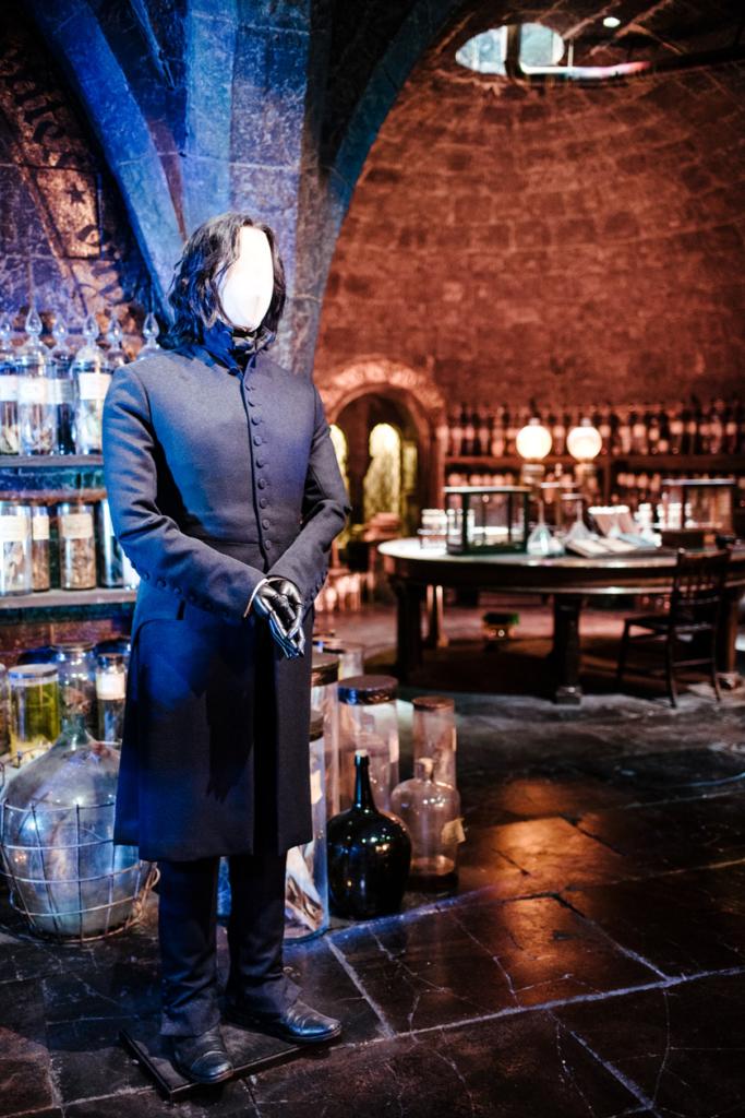 Visite des Studios Harry Potter à Londres – Décor de la salle de cours de potions et mannequin portant le costume et la perruque de Severus Snape