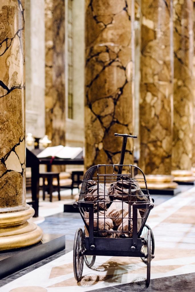 Visite des Studios Harry Potter à Londres – Chariot de lingots d'or dans le hall de la banque Gringotts