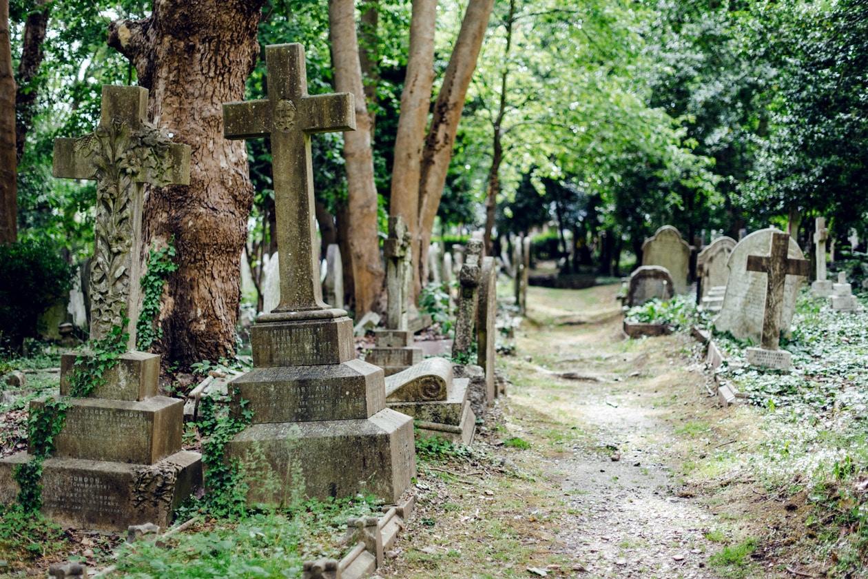 Promenade au cimetière de Highgate, dans le nord de Londres