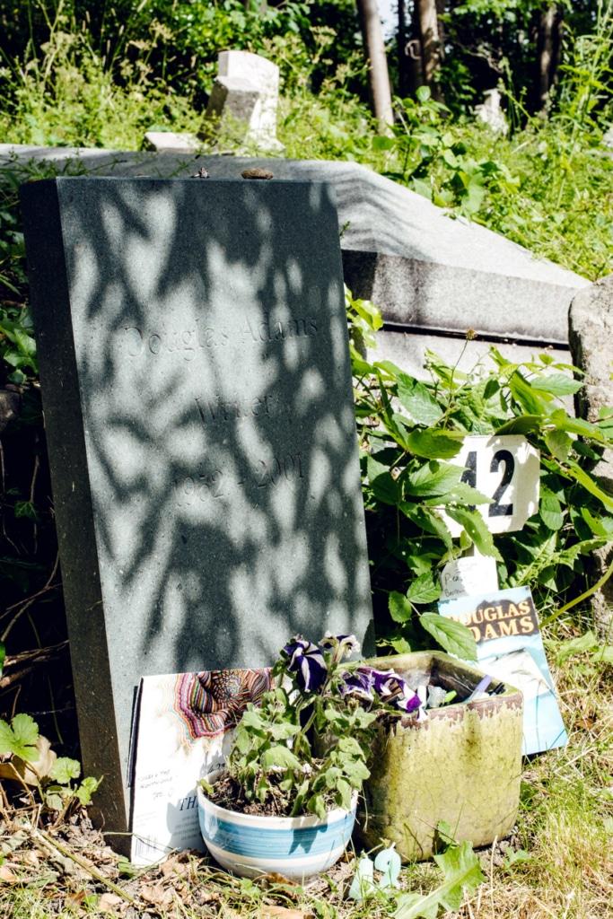 Tombe de l'écrivain Douglas Adams, au cimetière de Highgate