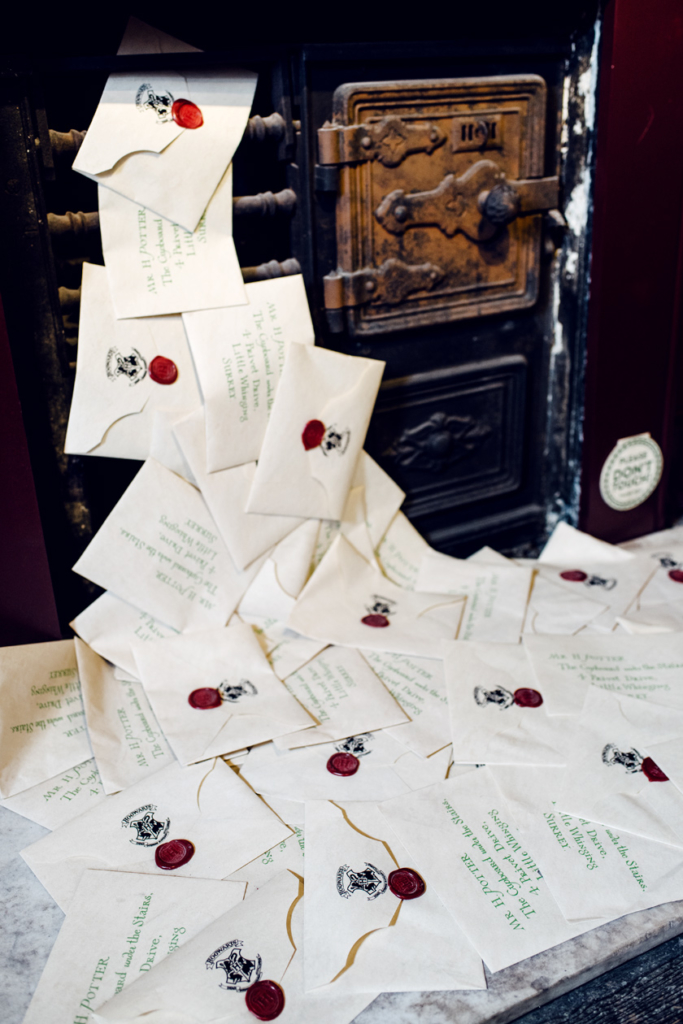 Visite de House of MinaLima à Londres – Tas d'enveloppes s'échappant de la fente destinée au courrier