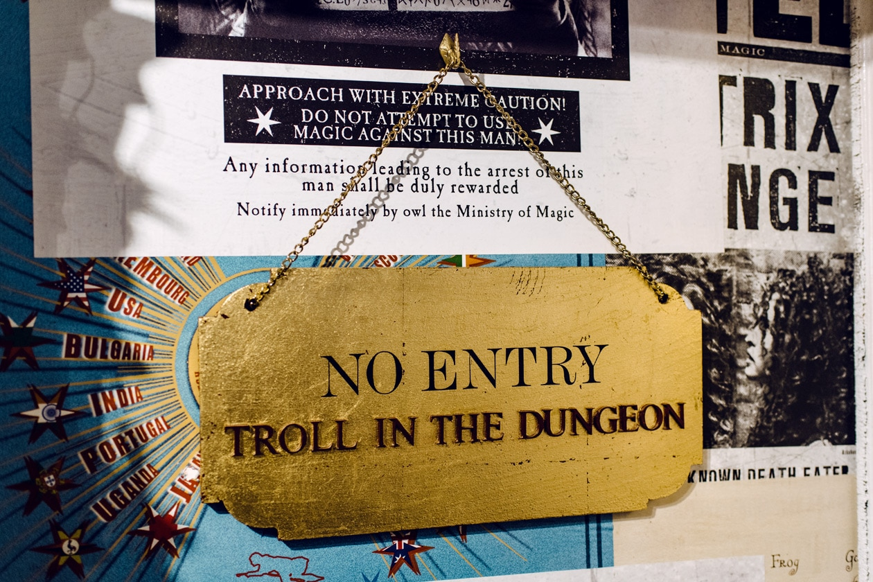 """Visite de House of MinaLima à Londres – Plaque """"No entry –Troll in the dungeon"""""""