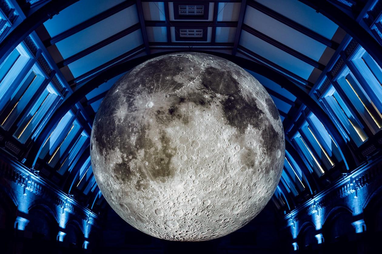 """L'installation """"Museum of the Moon"""" de Luke Jerram au Musée d'Histoire Naturelle de Londres"""