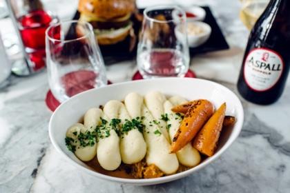 """Repas végétalien au restaurant Wulf and Lamb, à Londres: """"shepherd pie"""" au fruit du jacquier émietté et lentilles, purée de pommes de terre, bébé carottes rôties"""