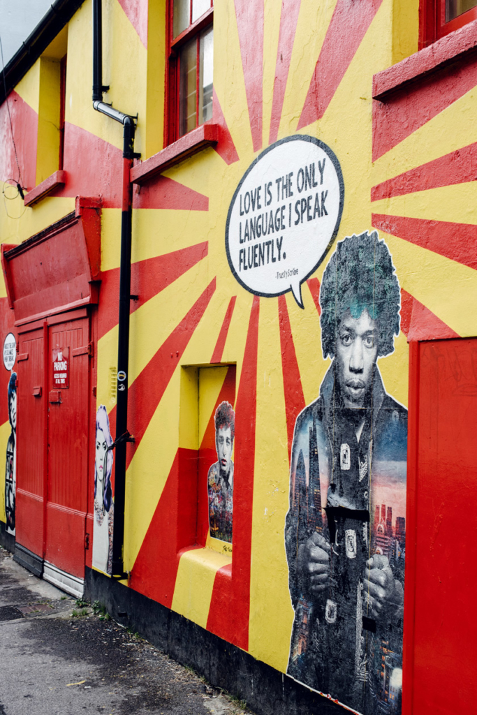 Brighton, grafiti sur la façade d'un magasin de musique dans le quartier de The North Laine