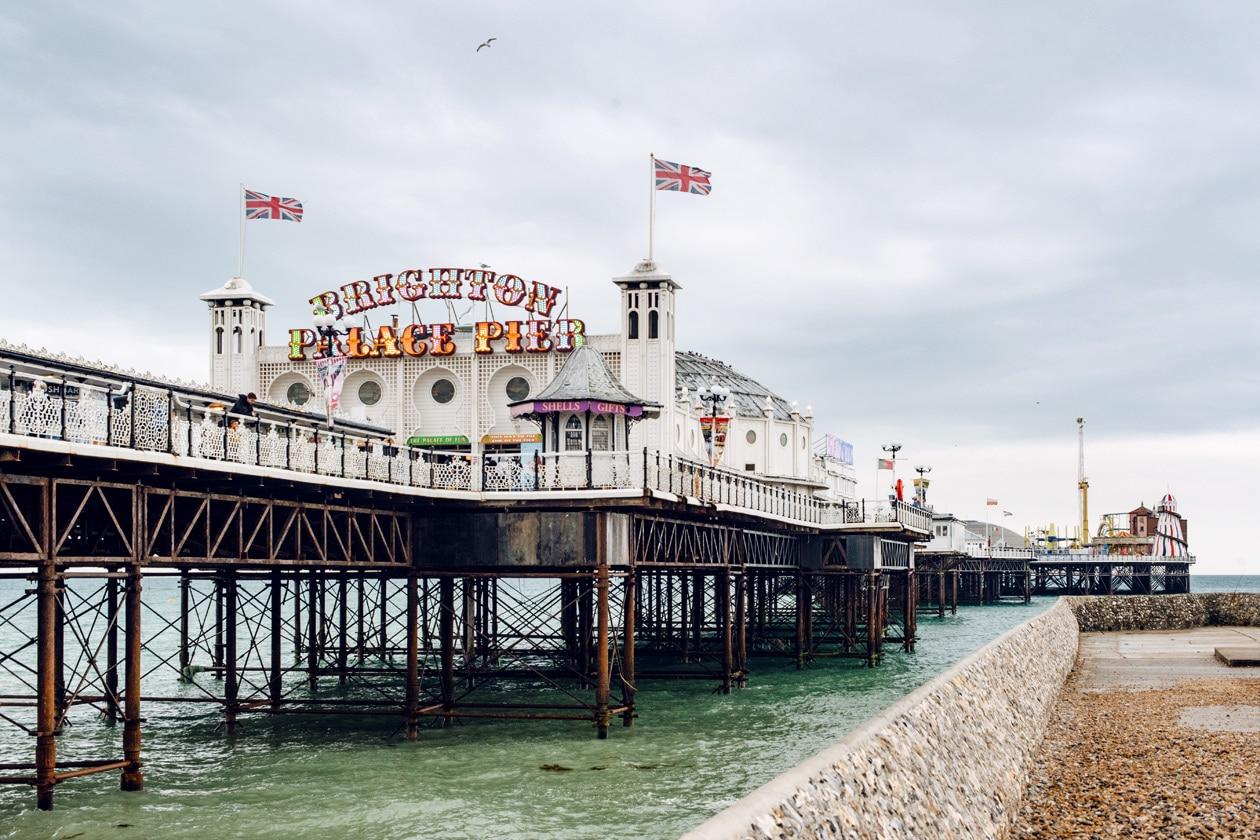 Vue sur la jetée de Brighton depuis la plage