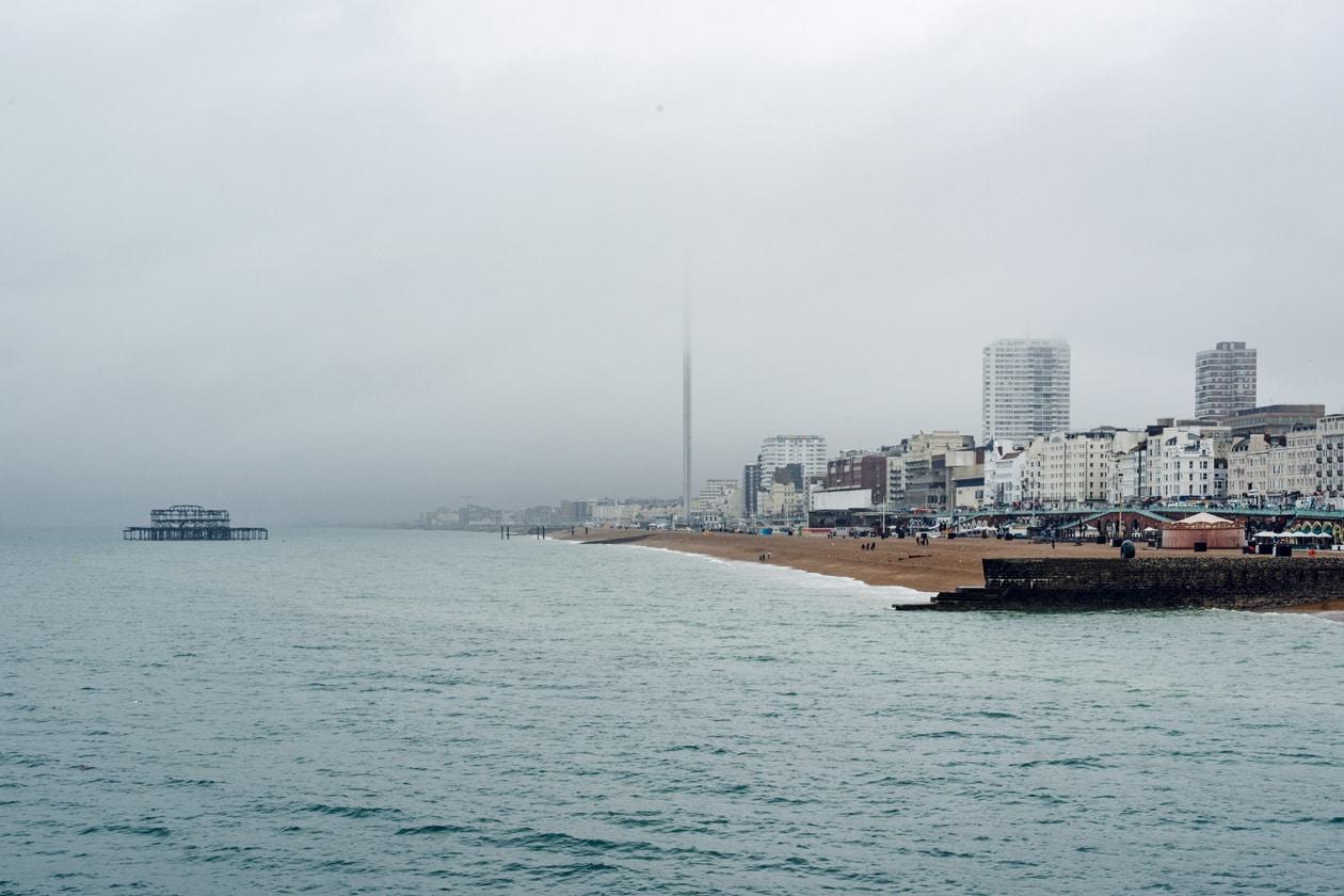 Vue sur le bord de mer de Brighton depuis la jetée