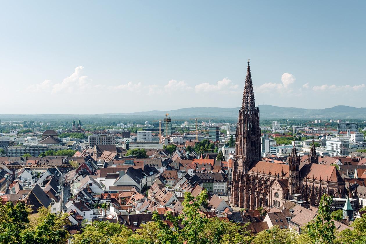 Freiburg im Breisgau – Vue sur la cathédrale et la vieille ville depuis la colline du Schlossberg