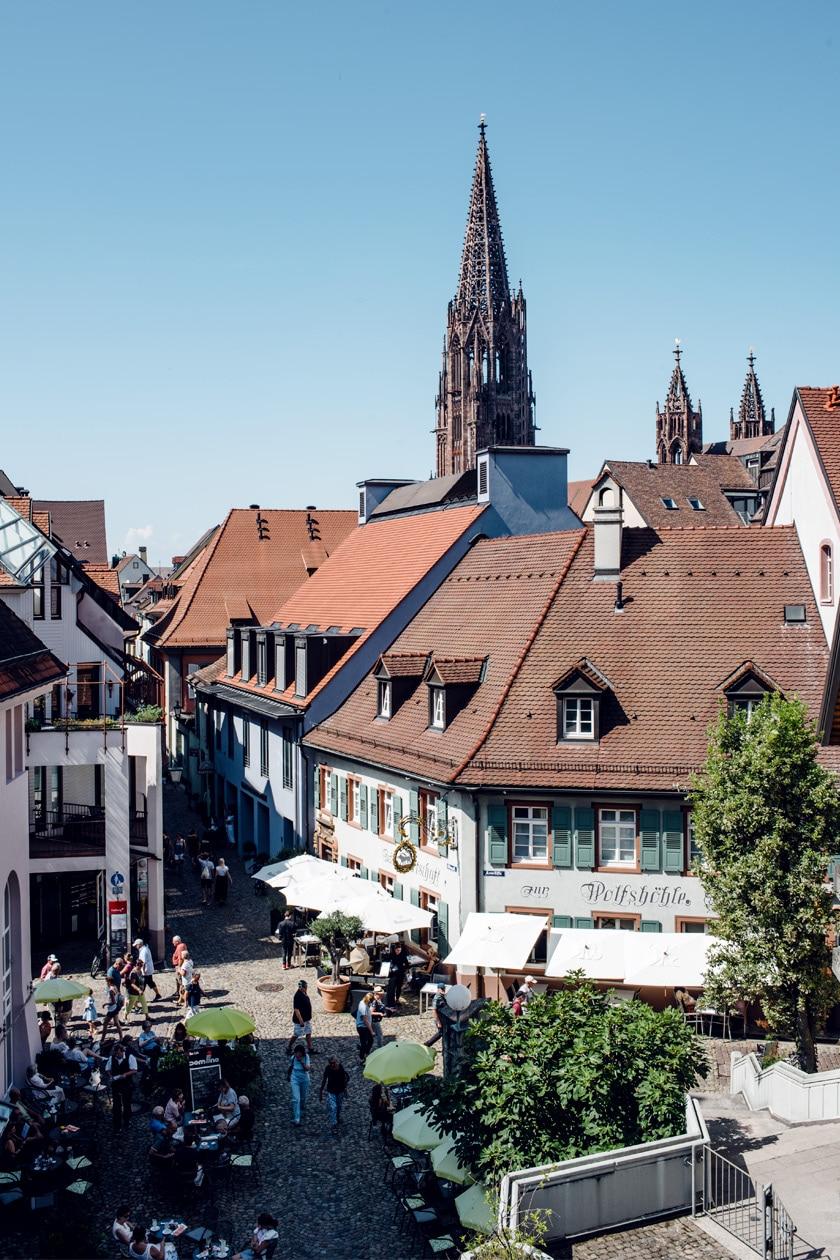 Freiburg im Breisgau –Vue sur la vieille ville et le clocher de la cathédrale