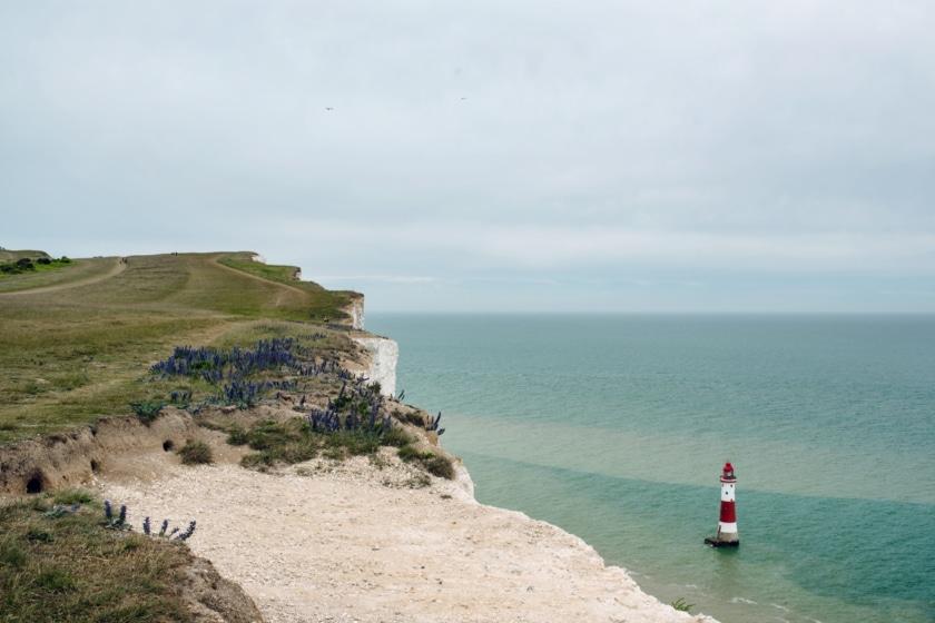 Le phare de Beachy Head vu depuis les falaises, dans le sud est de l'Angleterre