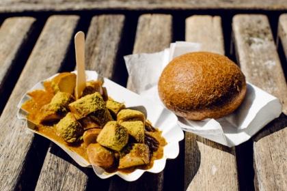 Currywurst végétalienne du stand Taifun sur la place de la Cathédrale de Freiburg im Breisgau