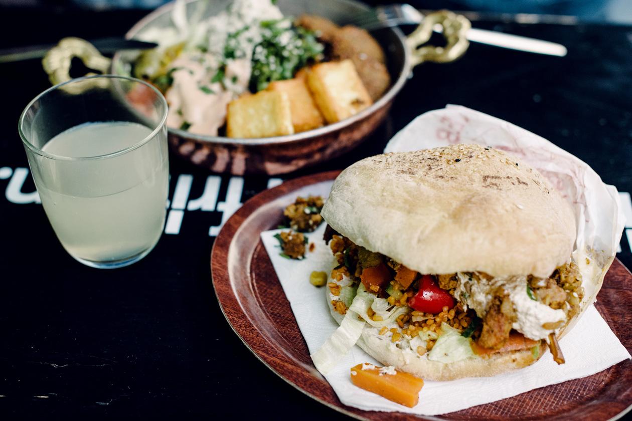 Sandwich garni de seitan et de crudité; assiette de falafels, halloumi grillé et crudité, chez Veggie Liebe à Freiburg im Breisgau