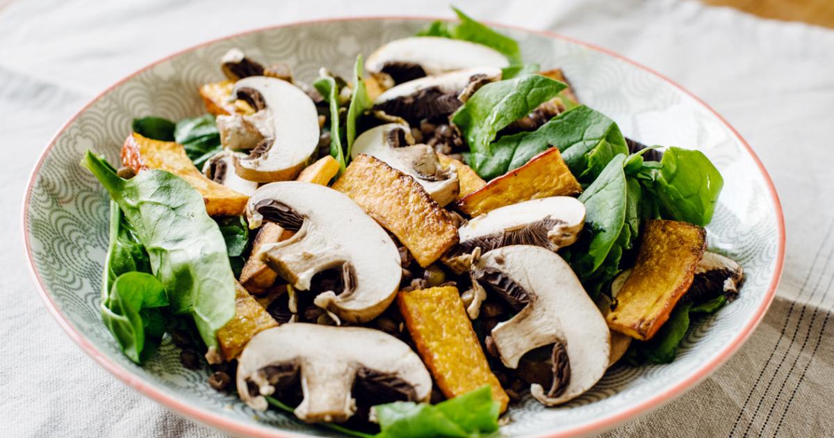 Salade d'automne: pousses d'épinards, lentilles vertes, champignons de Paris et potimarron rôti
