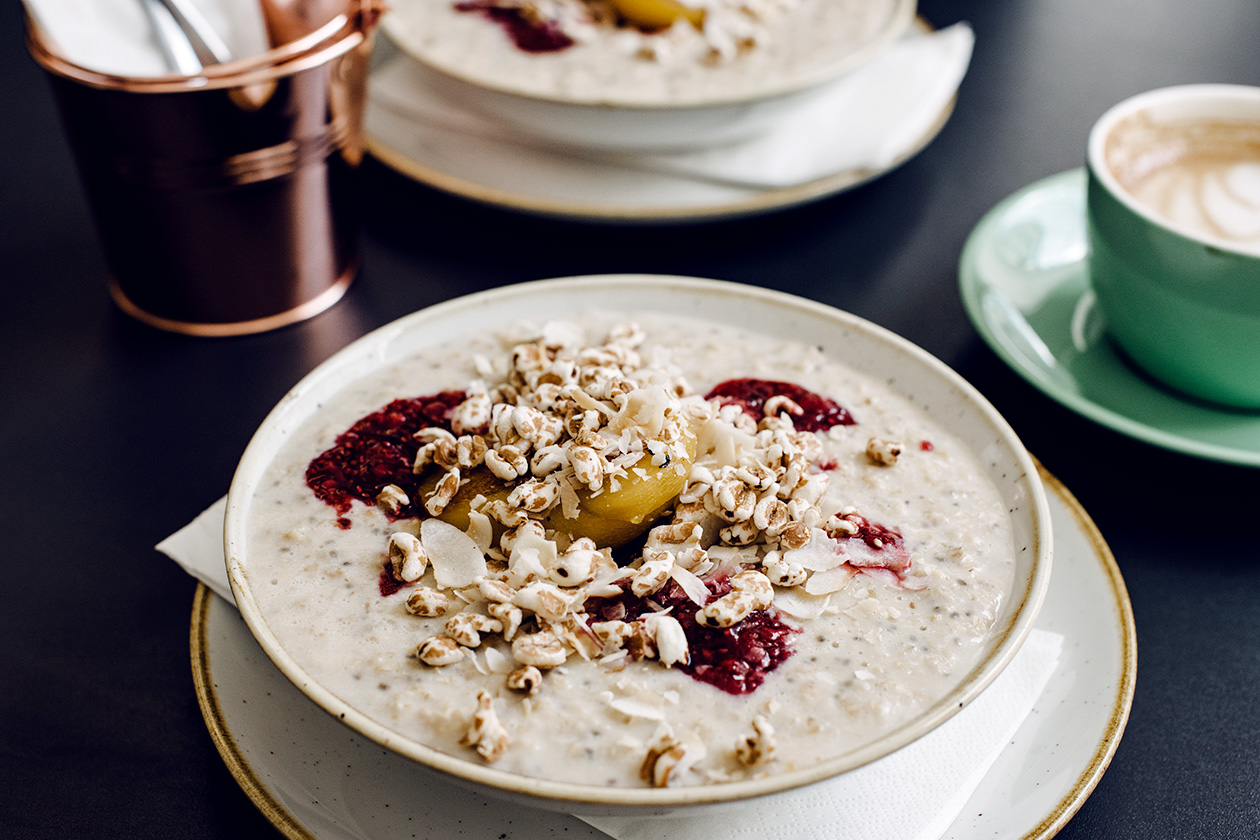 Porridge végétalien au café Whitehouse à Rye, dans le sud est de l'Angleterre