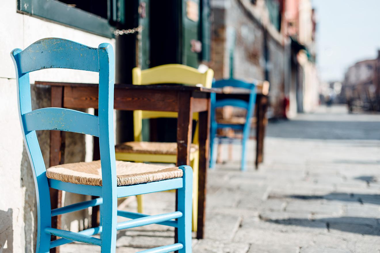 Terrasse d'un café installée sur les quais du quartier de Cannaregio à Venise